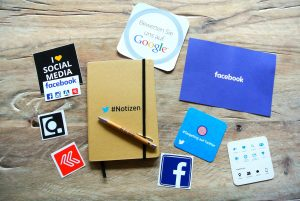 Social Media Marketing Icons und Werbematerial wie Postkarten, Sticker etc.